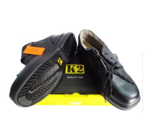 Giày thấp cổ Phần da phía trên có chất lượng cao. + Công dụng: Lòng bàn chân chống dầu mỡ, axit, chất kiềm. Đế giày chống trượt, chống sự hao mòn cao độ. Đế bên trong chống tích điện và chống lên mốc. Miếng đệm phía sau tạo sự thoải mái để bảo vệ cho gân nồi bắp chân với gót chân và xương mắt cá. + Chất liệu: da cao cấp + Màu sắc: đen - Xuất xứ: Indonesia Qui cách: 1 đôi/ hộp